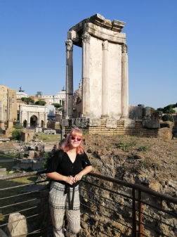 Nicky before a Roman arch.