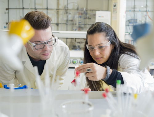 Dr James Coverdale (L) and Dr Isolda Romero-Canelón (R) working in the laboratory