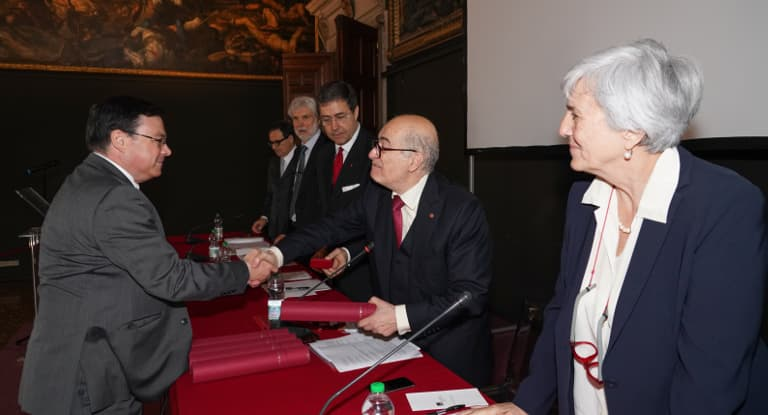David lines shaking the hand of members the Istituto Veneto di Scienze