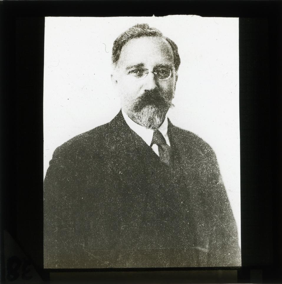 Во время первой мировой войны каменев высказывался против популярного среди большевиков ленинского лозунга о поражении своего правительства в империалистической войне.